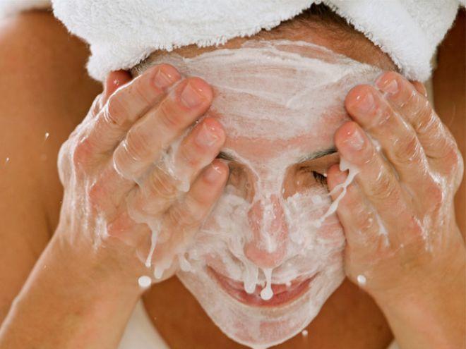 La pulizia del viso fatta in casa è conveniente: qui le ricette a base di mandorla, luppolo e lavanda per aprire i pori e nutrire la pelle.