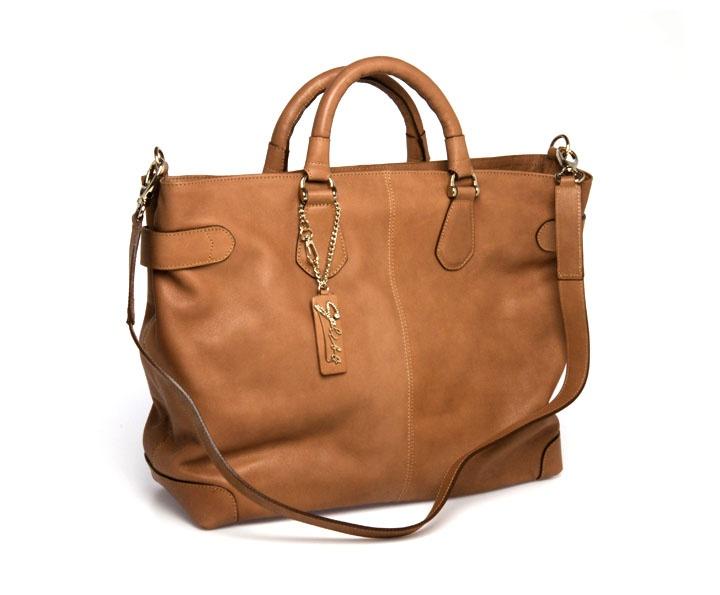 Ampie e comode borse in pelle, disponibili nei colori cuoio e in beige. Pratiche e comode per i viaggi e per lo shopping quotidiano e facili da abbinare.
