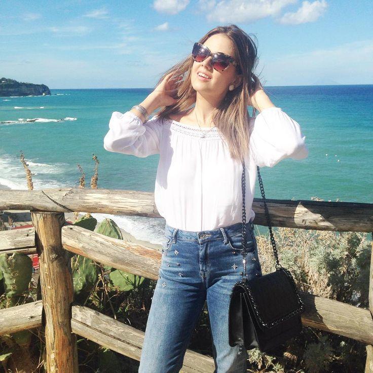 Oggi così con capelli scompigliati dal vento e questa meravigliosa vista 💙🌴 #tropea #calabria #italy #travelling