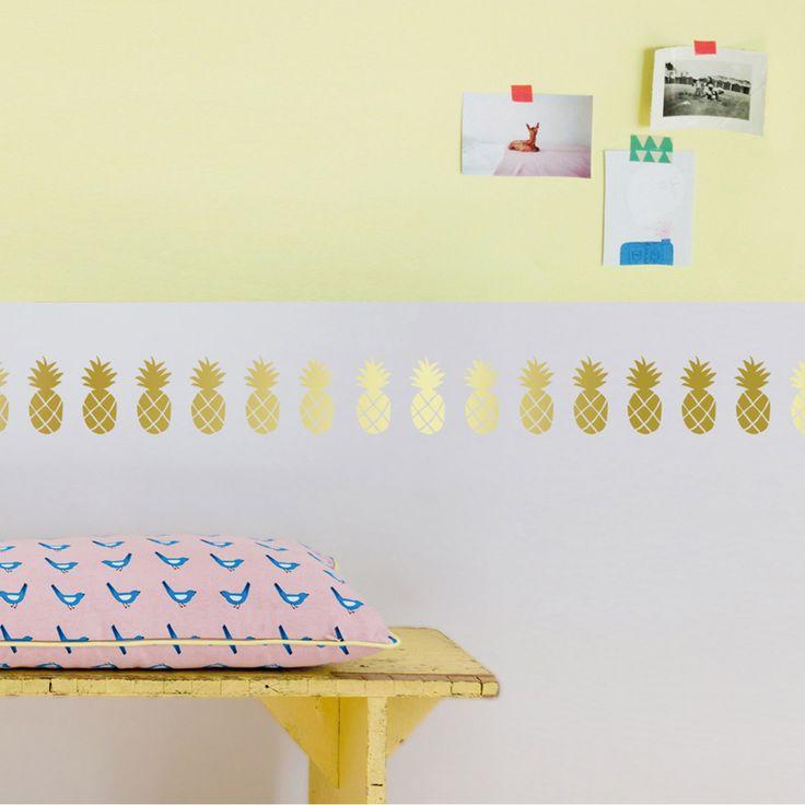 Eigentlich sollte die goldene Ananas für diesen Wandsticker an MIMI'lou höchstpersönlich gehe - wir sind so begeistert von der modernen Wandtattoo-Girlande, dass sie in unserem Büro, unserem Schlafzimmer oder über der Badewanne Platz nehmen darf.