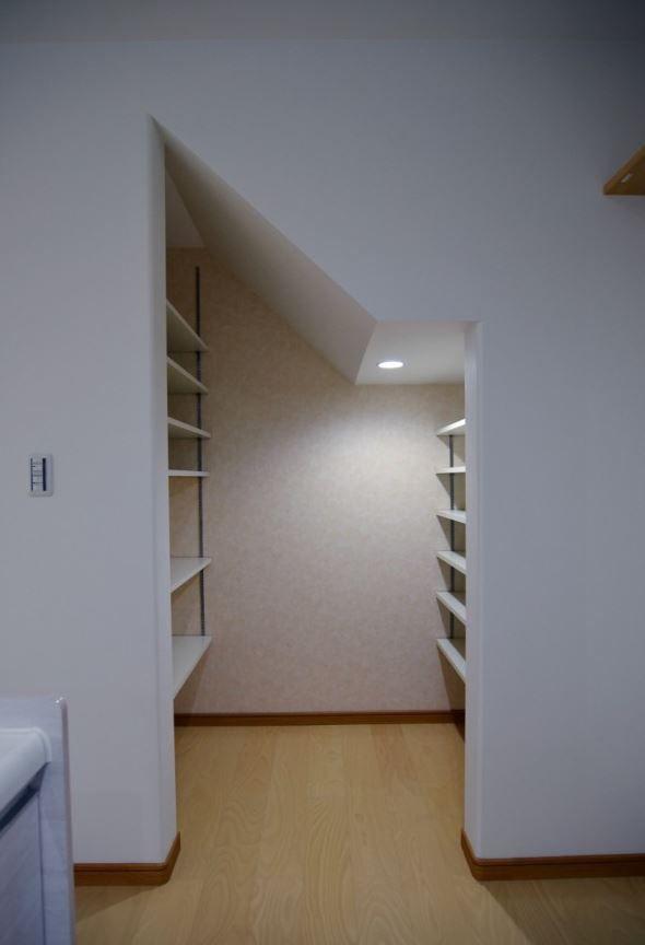 階段下の空間を上手に利用したパントリー 可動棚を用いた空間は 広さ