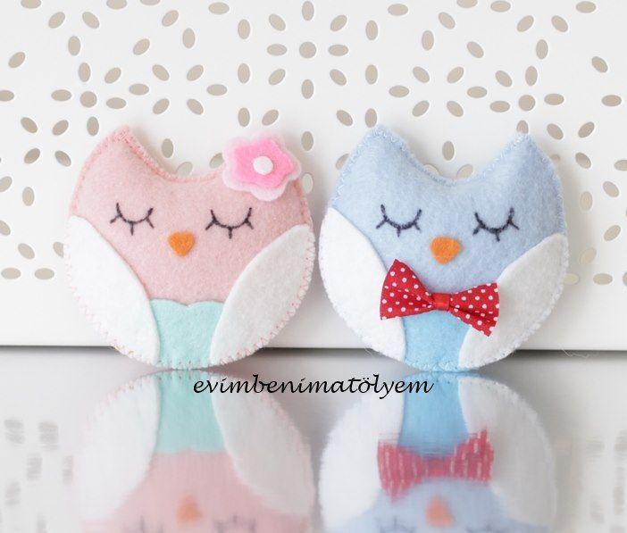 Dolguluhazırladığım keçe baykuş bebek şekeri modellerim... Yeni bir ürün hazırlarken genelde hem kız hem de erkek bebekler için birer numune çalışıyorum. Bu modelden de o şekilde yaptım. Kız bebekler için pembe, erkek bebekler için mavi renkte çalıştım. Kız bebek için gövdede pudra rengi, karnında su yeşili ve kanatlarında beyaz renk kullandım. Çiçekli tokasını da pembenin tonlarında hazırladım. Erkek bebek için ise gövdede açık mavi, karnında mavi ve kanatlarında yine beyaz rengi tercih…