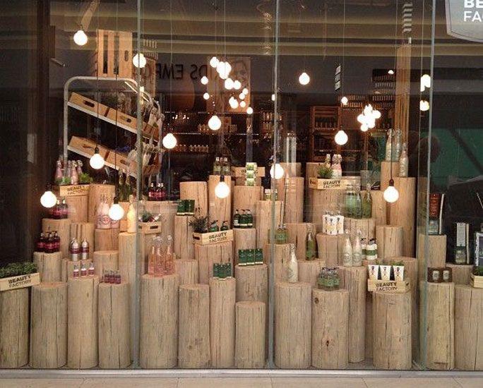 Unos troncos de madera sirven para destacar los productos que se venden en esta tienda. En este escaparate se refleja la idea de que lo natural esta de moda. http://www.originalhouse.info/