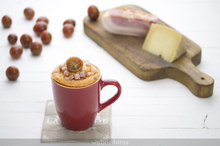 Con este mug cake de beicon y queso nos pasamos a los salados, buena opción para una cena si andamos con prisa y el cansancio se apodera de nosotros.
