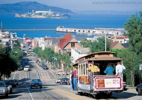 Трамваи Сан-Франциско и вид на Алькатрас
