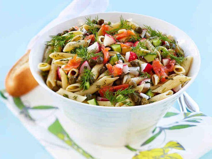 Sitruunaa, hunajaa ja tuoretta basilikaa sisältävä pasta-lohisalaatti maistuu vieraillekin! Voit tehdä salaatin puoliksi valmiiksi jo edellisenä päivänä.