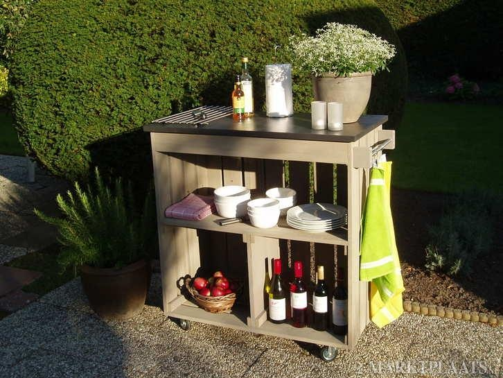 nice outdoor bar cart.. would look great on the veranda