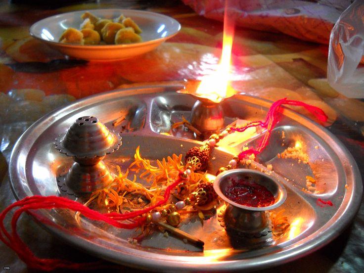 रक्षा बंधन - भारत में ज्यादातर उत्सव देवी देवताओं या फिर ऋतु को समर्पित होते हैं। उन त्योहारों में से एक अनोखा उत्सव है जो भाई बहन के प्रेम पर आधारित है। जी हाँ, हम बात कर रहे हैं रक्षा बंधन यानी राखी…