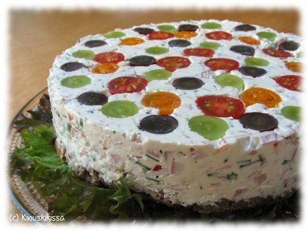 Tätä kakkua voisi kutsua nurinkurin kakuksi: harvemmin kai kakun teko aloitetaan koristelusta, sitten täytetään ja lopuksi rakennetaan pohja. Vinkki! Saat keikauskakusta lohiversion, kun vaihdat siihen hyydytetyn lohivoileipäkakun tai lohikeikauskakun täytteen. Hyydytetty kinkkuvoileipäkakku Koristelu: punaisia ja/tai oransseja kirsikkatomaatteja vihreitä ja/tai tummia viinirypäleitä vihreitä ja/tai mustia oliiveja Täyte: 4 liivatelehteä 2 ½ dl kevytvispiä 400 g valkosipulituor...