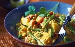 Kayi korma curry recipe {need: carrots, potatoes, tomatoes, green chillis, frozen peas, French or dwarf beans}