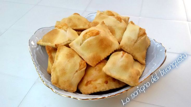 FIADONI (ABRUZZO)  CLICCA QUI PER LA RICETTA http://loscrignodelbuongusto.altervista.org/fiadoni-abruzzo/                                        #abruzzo #fiadoni #pecorino #formaggio #ricettesalate #cucinatipica #ricette #cucina #Food