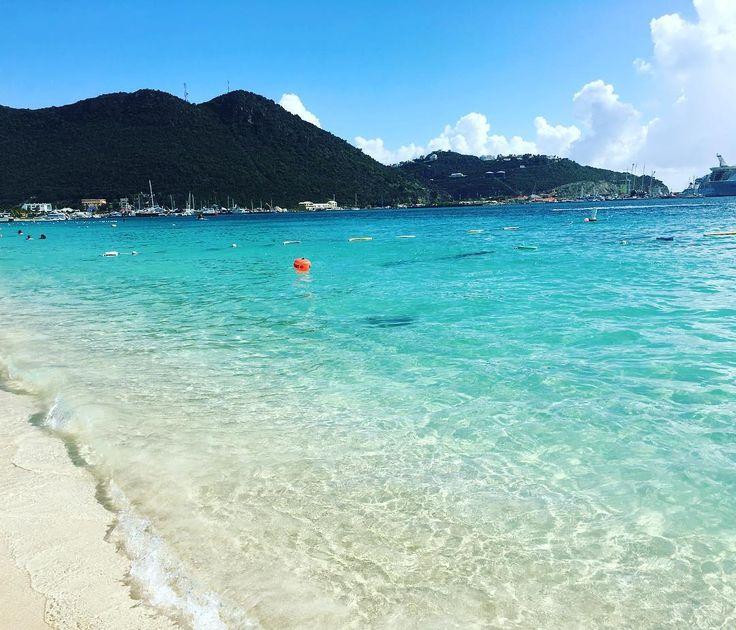 """St. Maarten e St. Martin ocupam uma """"mesma"""" ilha no Caribe porém um lado é holandês e o outro é francês sendo o menor território continuo governado por dois países! A ilha é repleta de praias lindíssimas onde o turquesa predomina o tom das águas  Essa é a Great Bay que fica em St. Maarten no lado holandês localizada em frente ao centrinho de Philipsburg (onde os turistas aproveitam para comprar diamantes  que são bem mais baratos que no Brasil já que a ilha é tax free) Sensacional!!!"""