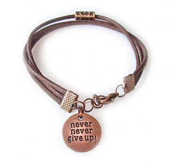 """Bransoletka męska """"nie poddawaj się"""" z brązowego, woskowanego sznurka z elementami w kolorze miedzianym i napisem """"never never give up"""". Podaruj motywacyjny prezent!"""