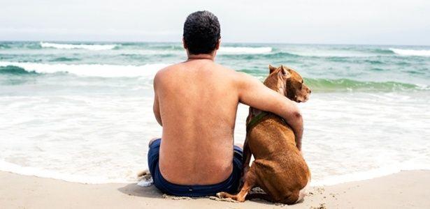 1º.mar.2015 - A fotógrafa Zhenia Bulawka decidiu levar o seu cão da raça pitbull, que sofria de câncer, para uma última viagem especial. Ela e o namorado, Christian Valiente, levaram Mr. Dukes e seus outros dois cães, Ruby e Violet, para ver a praia pela primeira vez em Assateague, no Estado americano de Maryland. O cão morreu em agosto de 2014, um mês depois da viagem