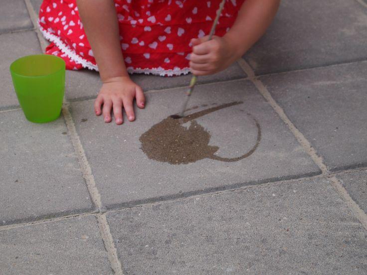 Verven met water! Buiten spelen in de zomer...