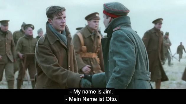 """Am 24. Dezember 1914 kam es mitten im Ersten Weltkrieg zu einem spontanen Waffenstillstand zwischen den Deutschen und den Briten – der unter dem Namen """"Weihnachtsfrieden"""" in die Geschichte einging. In ihrem aktuellen TV-Spot """"Christmas is for Sharing"""" erinnert die britische Supermarktkette Sainsbury's an dieses Ereignis."""