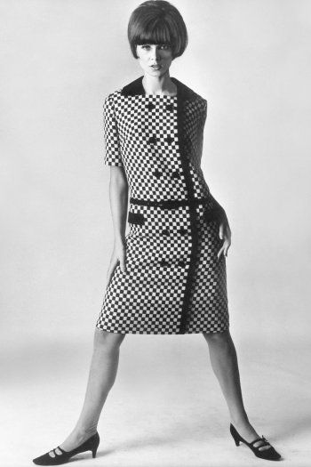 Selma Neumann in André Courrèges Dress, 1965 COURREGES, la femme moderne #styliste #courreges #deco #designer https://www.facebook.com/elagonedesign/ http://elagonedeco.blogspot.fr