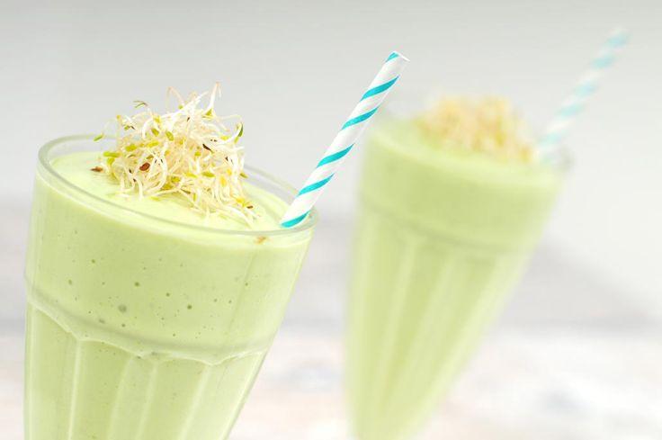 Groene smoothie met avocado en alfalfa