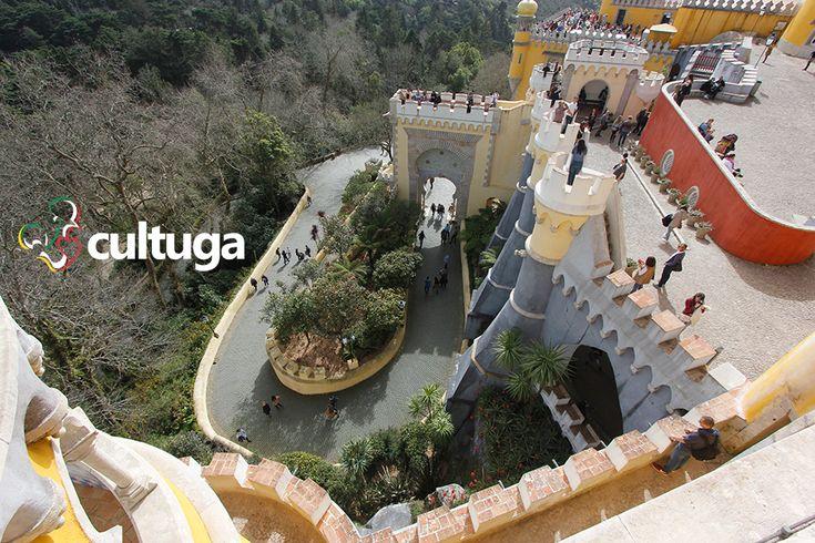 O Palácio da Pena, no topo da serra de Sintra, é um dos passeios imperdíveis e pitorescos para um roteiro de viagem em Portugal.