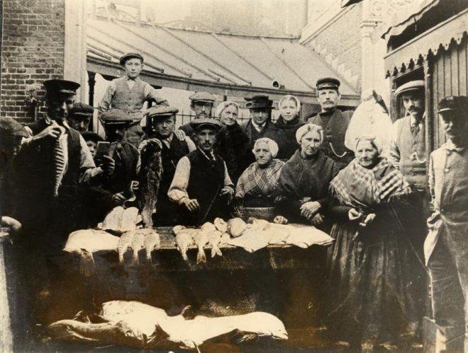 Schoolstraat, de visbanken. ca 1920 #ZuidHolland #Scheveningen