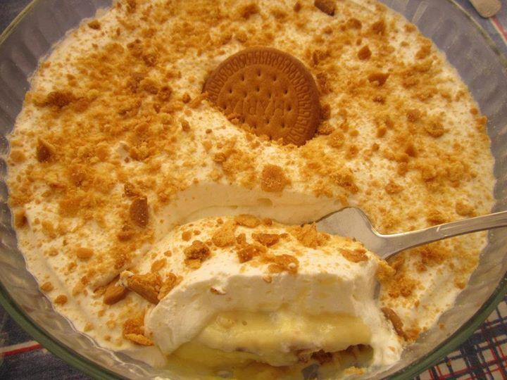 Ingredientes: 1 pacote de bolachas tipo Maria; 1 lata de leite condensado 397 gramas; 250 ml de leite; 6 gemas; 100 ml de café; 2 Pacotes de natas de 200 ml cada. Modo de