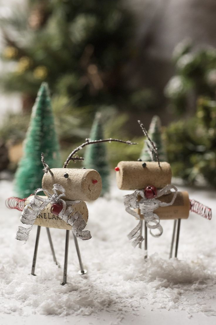Handmade wine cork reindeer ornaments. Super easy to make and how cute are these?!!