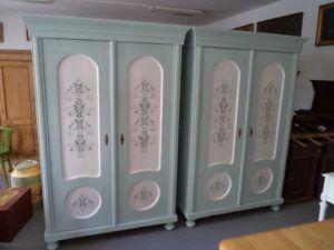 Kézzel festett fenyő szekrénypár