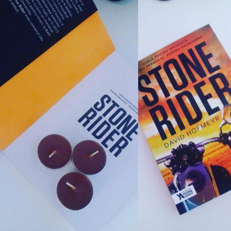 Stone Rider, David Hofmeyr , Storia Books 2016 |  O cursă periculoasă, a cărei miză e totul sau nimic, se derulează într-un ritm amețitor, într-o distopie brutală. — Kirkus Reviews