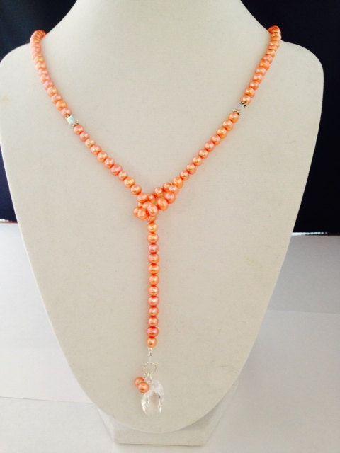 Collar de lazo de perlas melocotón por UneekTrinket en Etsy