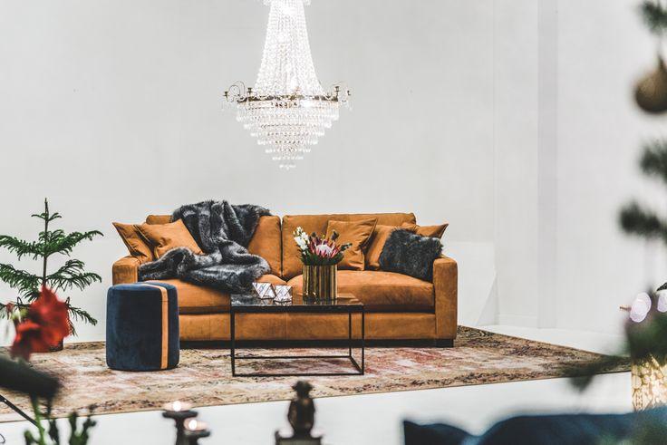 Brun Valen skinnsoffa. Skinn, soffa, anilinskinn, kristallkrona, marmorbord, marmor, brun, brunt, soffbord, puff, pall, sammet, blå, vintage, matta, vardagsrum, möbler, inredning, fuskpäls, pläd.