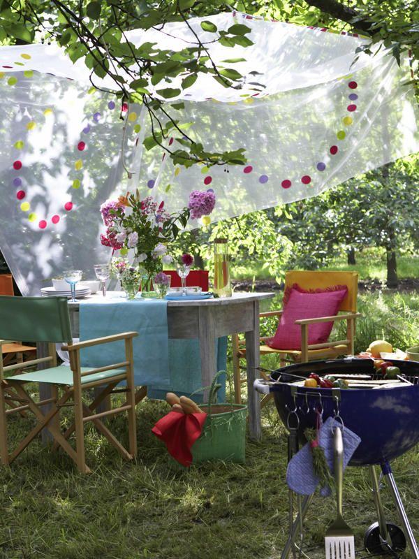 Lust auf leckere Grillspeisen? Dann laden Sie Ihre Freunde und die Familie mal wieder zu einem ausgedehnten Grillnachmittag ein. Dekoriert wird in bunten Sommerfarben mit Blumen und Stoffen. Zu Essen gibts köstlichen gegrillten Fisch mit frischen Joghurtdips und Gemüse.