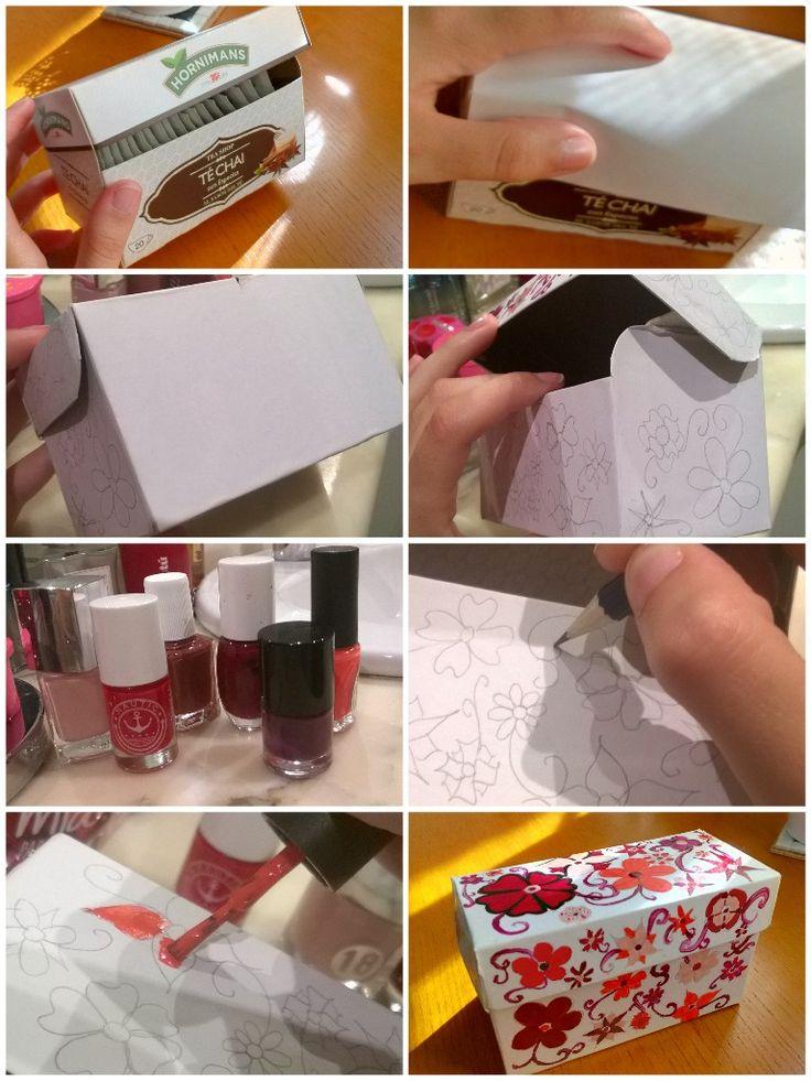 Cajita de cartón forrada con papel y pintada a mano con esmaltes de uñas.
