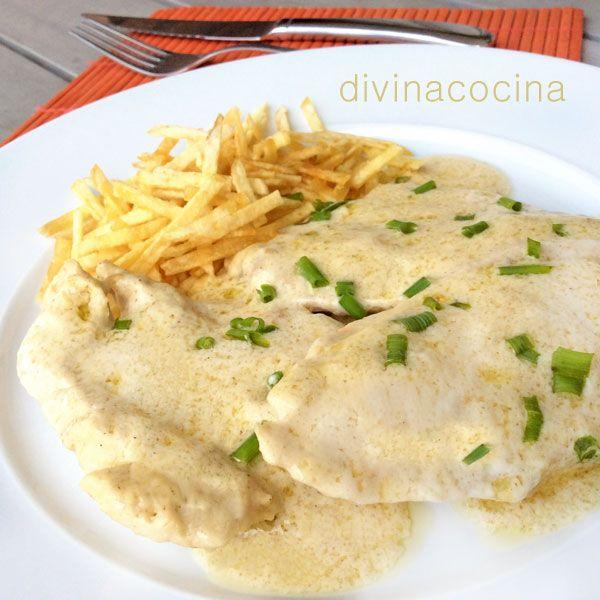 Esta receta de pechuga de pollo al queso es rápida y fácil. Se puede preparar también con filetes de pavo y puedes usar cualquier queso que funda bien a tu gusto.