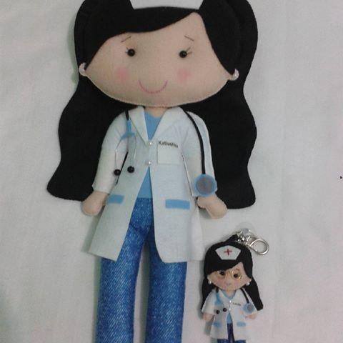 Enfermeira (Boneca e chaveiro) -presente da mamãe coruja Kátia para sua filhota♥ #enfermeira #enfermagem #enferma #boneca #chaveiros #feltro #feltrosantafe #saúde #presente #meninamulher #medicina #meninamulher #medical #doutora #presentedamamae #feltrosantafé #enfermeria #profissional #profissão #mimosbyrejaneborba
