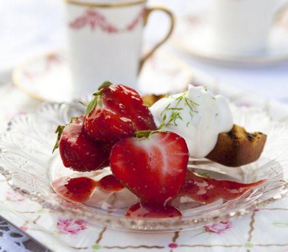 Grillad sockerkaka med jordgubbssallad och limegrädde