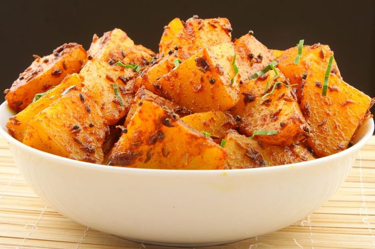 De ce se numesc așa, cartofi Bombay? Pentru că ingredientele care îi diferențiazăpe aceștia de alți cartofi la cuptor suntcurry-ul și turmericul, condimente specifice Indiei. Pentru amatorii de gusturi exotice, pentru cei care preferă mâncarea ușor picantă, această garnitură este ideală. Preîncălzește cuptorul la treaptă mare. Într-un vas mare, pune cartofii la fiert, împreună cu …