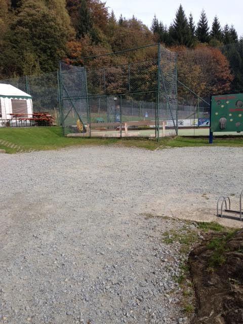 Bereich am Clubhaus für die Teenies mit Tennisplatz und Bogenschiessen
