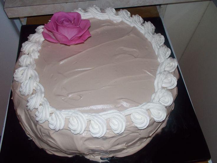 http://www.kotikokki.net/reseptit/nayta/60708/kakkupohja%2010%20hengelle/   Tällä ohjeella tein tuon kakun pohjan.Kostutin keltaisella jaffalla.Väliin mansikkahilloa ja kermavaahtoa.Päälle sulatin 1 suklaalevyn kattilassa ja sen laiton kermavaahdon sekaan ja vatkasin vaahdoksi.Ja levitin kakun päälle.Pursotin vielä tuon koukerokuvion kermalla ja aito ruusu reunaan.Tämä kakkku käy vaikka minne juhliin ja äitienpäiväksi nyt pyhänä.