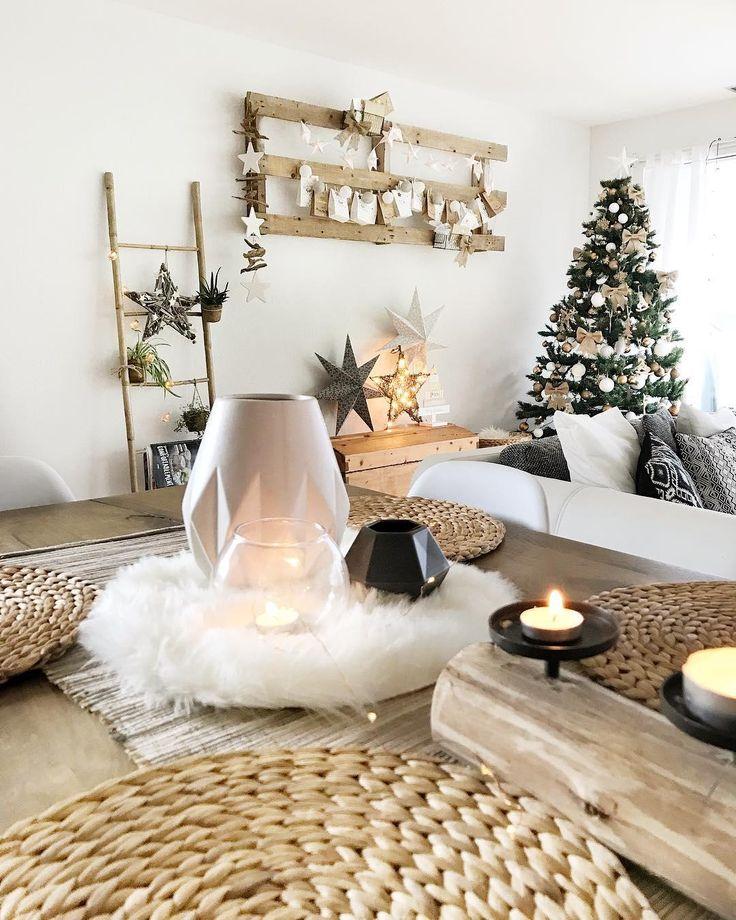 Noch schnell die letzten Geschenke verpacken, das Essen vorbereiten und den Weihnachtstisch decken. Dann steht auch schon der Weihnachtsabend vor der Tür. Bei Kerzenschein, einem wunderschön geschmückten Weihnachtsbaum und einer stimmungsvollen Tischdeko aus Naturmaterialien, wie dem Tischset Weave ist ein einzigartiges Weihnachtsfest vorprogrammiert! // Weihnachten Deko Dekoration Weihnachtsbaum Schmücken Ideen Wohnzimmer #WohnzimmerIdeen #WeihnachtenDekoration #Weihnachten @cox_fox