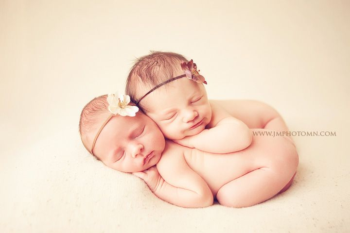 Twin pose + Dainty headbands ...how cute is this! I hope I have twins now one day!!! Haha