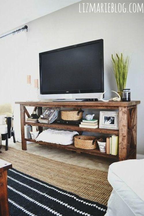 Tavolo console aperto per la Tv e tutto ciò che occorre per una visione organizzata e rilassata.