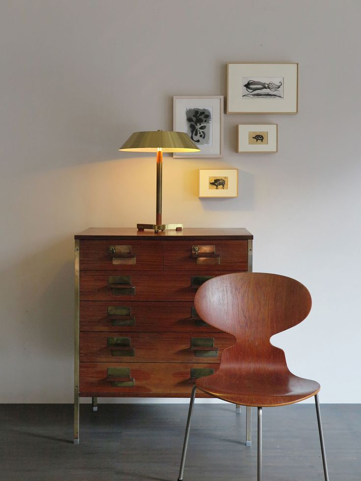 Cassettiera serie Positano disegnata da Ico Parisi per MIM Mobili Italiani Moderni nel 1959 - Sedia in teak modello Formica 3100 design Arne Jacobsen per Fritz Hansen, 1951 - Lampada President design Jo Hammerborg per Fog & Morup, 1966 / Italian chest of drawers series Positano by Ico Parisi for MIM Mobili Italiani Moderni, 1959 - Teak chair model Ant 3100 by Arne Jacobsen for Fritz Hansen, 1951 / President danish brass table lamp by Jo Hammerborg for Fog & Morup in 1967…