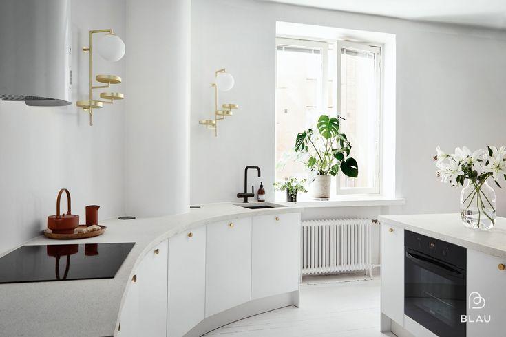Tämän raikkaan valkoisen keittiön Blau toteutti upeaan Eiranrannassa sijaitsevaan asuntoon. Kauniit messinkiset yksityiskohdat viimeistelevät kokonaisuuden.