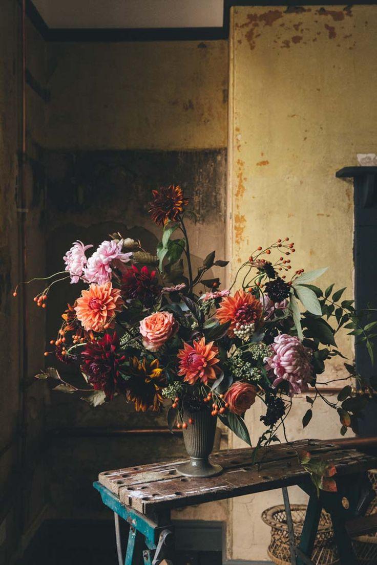 Mit diesem herbstlich romantischen Strauß mit Dahlien, Crysanthemen und Rosen kommt Vorfreude auf den goldenen Herbst auf. #tollwasblumenmachen