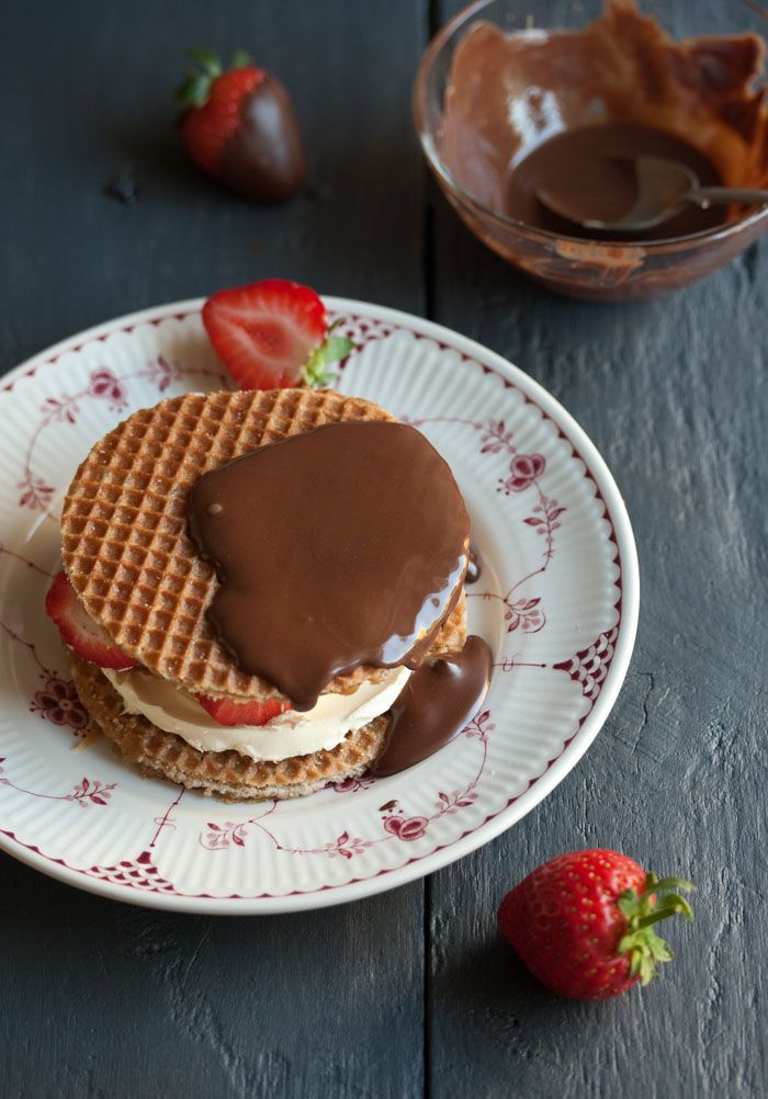 stroopwafel sandwich with mascarpone cheese, strawberries and chocolate