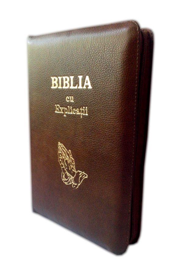 Biblia cu explicatii si concordanta biblica, din piele, maro inchis, cu fermoar, cu maini [77 PF]
