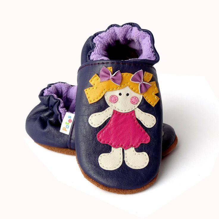 Calzado apto para gatear. Ergonómico, hecho en cuero natural. Color berenjena. Diseño Muñeca. Adecuado para cuidar los pies en desarrollo.