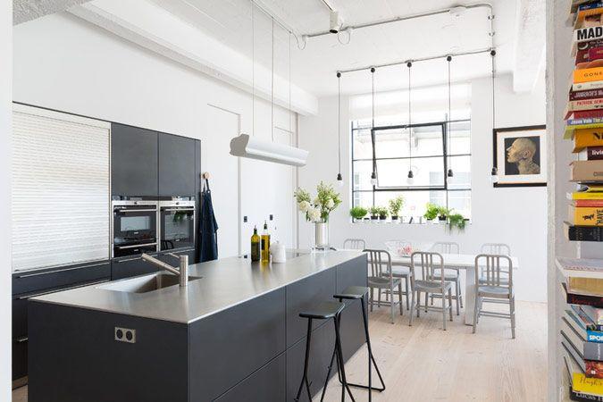 Industrieel wit appartement met zwarte keuken