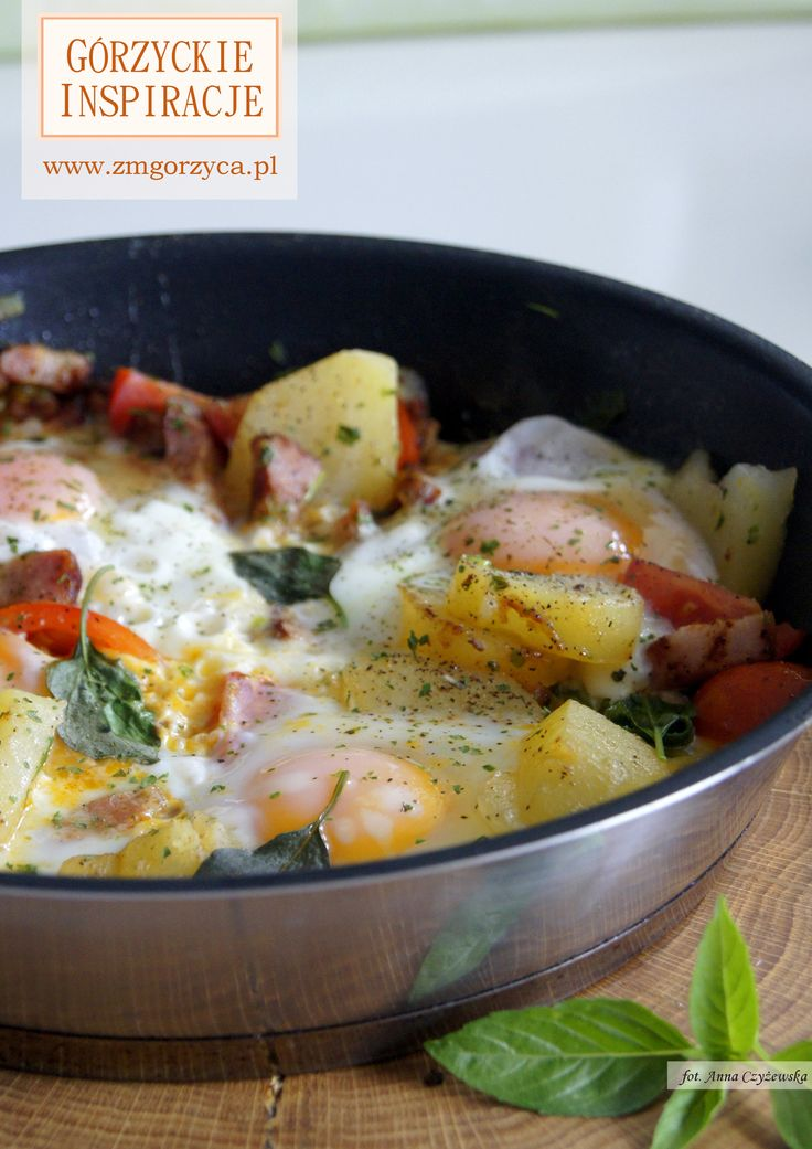 Zapiekane jajka z boczkiem szlacheckim, pomidorkami, dymką i młodymi ziemniakami doprawione bazylią, kolorowym pieprzem, natką pietruszki i trybulą http://www.zmgorzyca.pl/gorzyckie-inspiracje/sniadanie/461-zapiekane-jajka-z-boczkiem