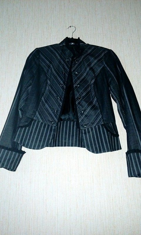 Veste noir et blanc court derrière et long devant